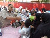 صور.. مديرية أمن قنا تواصل توزيع السلع الغذائية على المواطنين