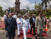 محافظ الإسكندرية وقائد المنطقة الشمالية يضعان إكليل الزهور على النصب التذكارى