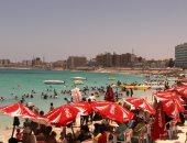 صور.. إقبال على شواطئ مطروح وارتفاع الإشغالات السياحية إلى 85%