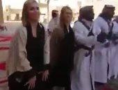 """شاهد.. سائحات أمريكيات يؤدين رقصة """"العرضة"""" التراثية بالسعودية"""