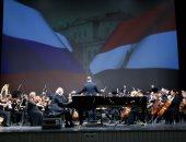 """فيديو.. بدء حفل عمر خيرت على مسرح """"مارينسكى"""" فى روسيا بالسلام الوطنى"""
