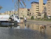 صور.. كسر بخط رئيسى لمياه الشرب يغرق طريق الجبانات وسوق الجملة ببورسعيد