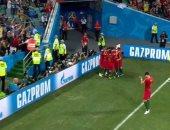 تعرف على سر بقاء لاعب داخل الملعب أثناء احتفال زملائه بتسجيل الأهداف