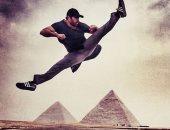 """نجم الأكشن اسكوت ادكينز """"بويكا"""" ينشر صورة خلال زيارته أهرامات الجيزة"""