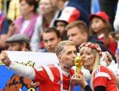 صورة اليوم.. قبلات فى مدرجات كأس العالم