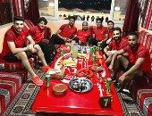 صور.. لاعبو الأهلى يتناولون العشاء بمطعم بدوى ببرج العرب..وقارئ: أكلوا مندى وكبدة