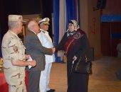 محافظ بورسعيد ورئيس جمعية المحاربين القدماء يكرمون أسر الشهداء والمصابين