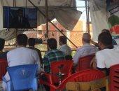 أهالى قرية محمد صلاح يشاهدون مباراة مصر والسعودية على المقاهى (فيديو وصور)