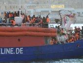 صور.. سفينة تقل 230 مهاجرا ترسو فى مالطا بعد أزمة استمرت أسبوعا