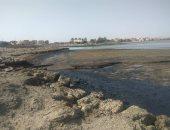 صور.. بقعة مازوت وزيوت بترولية تلوث مياه خليج السويس