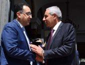رئيس الوزراء يهدى درع تكريم لوزير الصناعة السابق بحضور الوزير الحالى..صور