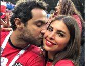 """كريم فهمى عن صورته بصحبة زوجته خلال تشجيع المنتخب: """"قبل المباراة بساعة"""""""