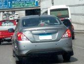 سيارة تسير على طريق صلاح سالم بلوحات معدنية غير واضحة