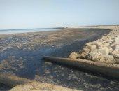 صور .. محافظ السويس: بدء إزالة بقعة التلوث البترولى بمياه الخليج