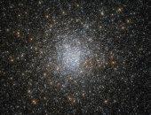 """تليسكوب """"هابل"""" يلتقط صورة مذهلة لنجوم عمرها 10 مليارات سنة"""