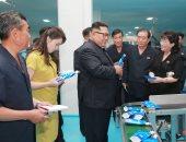 صور.. زعيم كوريا الشمالية يتفقد مع زوجته مصنعا لمستحضرات التجميل