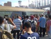 صور..انبعاث دخان من إحدى عربات قطار بمحطة أبوحماد فى الشرقية
