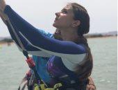 صور.. نيللى كريم تتعلم رياضة ركوب الأمواج