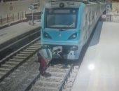 شاهد لحظة انتحار فتاة عشرينية بالقفز أمام المترو بمحطة مارجرجس