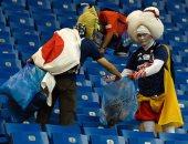 كأس العالم 2018.. جماهير اليابان تنظف المدرجات رغم وداع المونديال.. صور