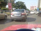 قارئ يشارك بصورة سيارة بدون لوحات خلفية بطريق صلاح سالم
