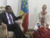"""رئيس وزراء إثيوبيا يستقبل الروبوت """"صوفيا"""""""