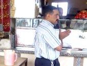 """فيديو.. سائق قطار يقف أمام المزلقان بمنوف لشراء """"فطار"""""""