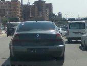 قارئ يرصد سيارة بدون لوحات معدنية بطريق الأوتوستراد