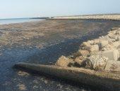 صور.. النيابة بالسويس تعاين مواقع تلوث مياه الخليج بالزيوت البترولية