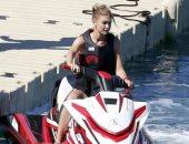 """جي جي حديد تستمتع بالجو الدافئ فى ميكونوس وتركب الـ""""jet ski"""""""