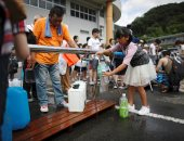 صور.. اليابان تدفع بشاحنات مياه صالحة للشرب فى هيروشيما بعد فيضانات مدمرة