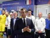 رئيس فرنسا يحتفل مع الديوك بالتأهل إلى نهائى كأس العالم 2018.. صور
