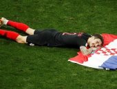 لقطة اليوم.. استراحة محارب لمدافع كرواتيا بعد التأهل لنهائى المونديال