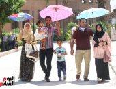 شمس الصيف أحد من السيف.. المصريون يلجأون للشماسى للحماية من الحر