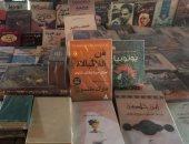 """صور.. بعدما قراءة محمد صلاح له.. كتاب """"فن اللا مبالاة""""  يغزو أرصفة القاهرة"""