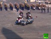 شاهد اصطدام دراجتين ناريتين خلال العرض العسكرى فى احتفالات اليوم الوطنى بفرنسا