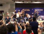منتخب فرنسا.. نجوم الديوك يقتحمون مؤتمر ديشامب للاحتفال بكأس العالم.. فيديو