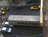 """قارئ يشارك بصور لسقوط """"كونتينر"""" على سيارة ملاكى بالإسكندرية"""