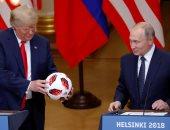 فيديو وصور.. بوتين يهدى ترامب كرة قدم.. ويؤكد: الكرة الآن فى ملعبك