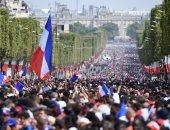 مئات الآلاف يحتشدون فى شوارع فرنسا لاستقبال نجوم الديوك.. صور