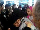 وصول الحاجة سعدية ضحية العمرة المزيفة القاهرة بعد إثبات براءتها.. فيديو وصور