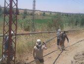 صور.. إحلال أبراج كهرباء بتكلفة 700 ألف جنيه فى قرية الهنداو بالداخلة
