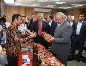 سفير إندونيسيا يتفقد معرض بلاده للأشغال اليدوية فى الزقازيق