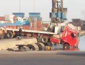 صور.. سقوط سيارة نقل من رصيف ميناء السخنة بالسويس