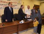 محافظ بنى سويف يسلم 724 شهادة أمان لأرامل ومعاقات ومعيلات