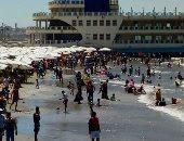 هدوء بأمواج البحر وإقبال متوسط على شاطئ بورسعيد.. فيديو