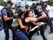 الشرطة التركية تعتدى بالضرب على مواطن بزعم خرقه حظر التجول