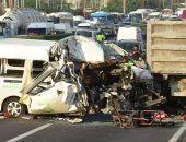 تكدس مرورى وإصابة 3 أشخاص فى تصادم سيارتين بطريق الواحات الصحراوى
