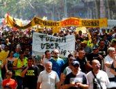 صور.. الآلاف من سائقى الأجرة يتظاهرون و يحطمون سيارات تابعة لأوبر بإسبانيا