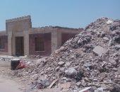 صور وفيديو.. تراكم تلال القمامة ومخلفات البناء بمقابر الخليفة